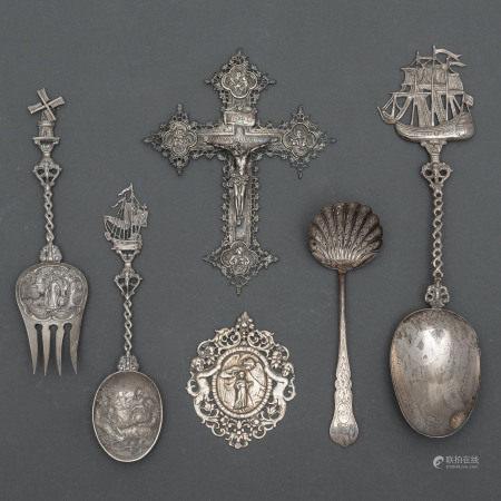 Conjunto de dos cucharas, tenedor, Cristo en la cruz, medallón del niño jesús y cuchara para servir en plata.