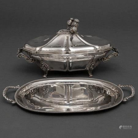 Conjunto de Bandeja y centro de mesa en plata española punzonada. S. XX. Ley, 925