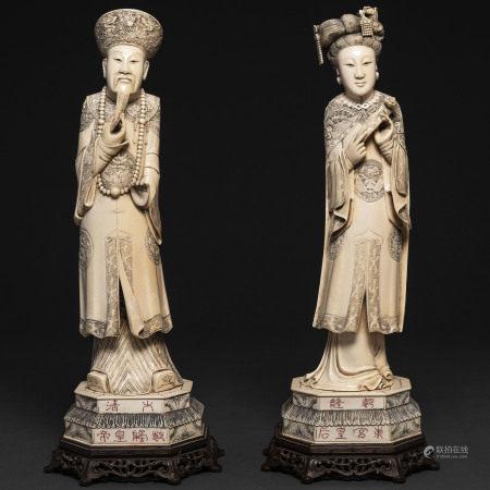 """""""Emperador y Emperatriz"""" Pareja de figuras realizadas en marfil tallado. Trabajo Chino, Finales del Siglo XIX-XX"""