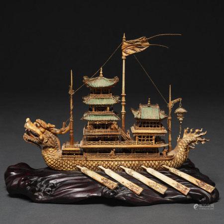 """""""Barco en forma de dragón con pagodas"""" realizado en marfil tallado y policromado del siglo XIX"""