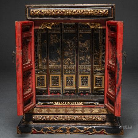Mueble altar en madera lacada en negro con decoración en dorado. Trabajo Chino, Finales del  Siglo XIX