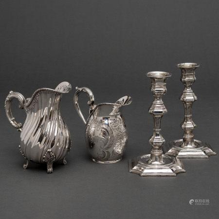 Conjunto de dos jarras de agua en plata española punzonada y pareja de candeleros estilo renacentista.