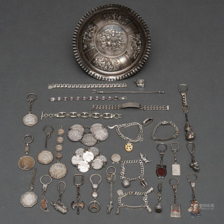 Miscelánea compuesto por pulseras de monedas y diversos llaveros de formas diferentes en plata española. Siglo XX, Ley, 925