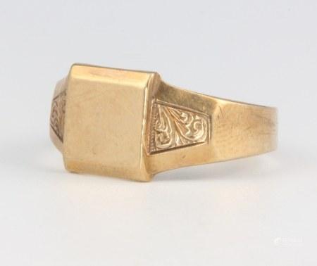 A gentleman's 9ct yellow gold signet ring size U, 4.6 grams