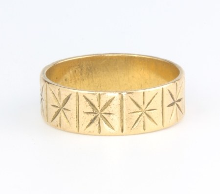 A 9ct yellow gold bright cut wedding band, size Q, 5.3 grams
