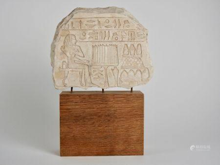 Stèle style Nouvel Empire. Orant en dévotion devant des offrandes.Ornée de deux lignes hiérogly