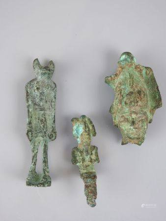 Quatre bronzes.Trois Osiris Et un Anubis de type de la Basse Epoque.Henv 7 à 10cm.