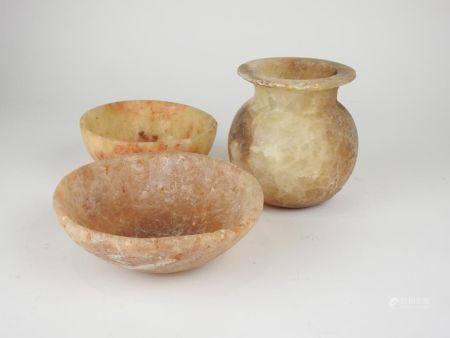 Trois albâtres.Deux coupes et un vase.Style ptolémaïque. Acccidents.