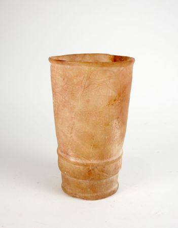 Vase tubulaire orné d'anneaux concentriques en relief.Albâtre.En l'état dont  Restauration à la