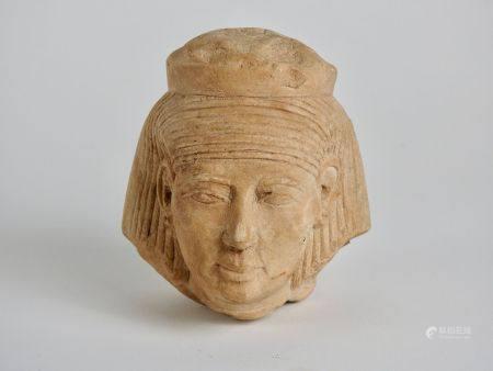 Tête de divinité féminine probablement lié au culte d'Isis.Matière calcaire.En l'état.Style Nou