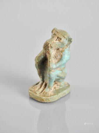 Singe cynocéphale. Amulette avec manque à la bélière.Fritte ou pâte de verre. H :env 5cm.