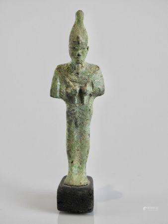 Dieu Osiris ,Dieu de la résurrection tenant ses attributs le fouet et la houe coiffé de la mitr