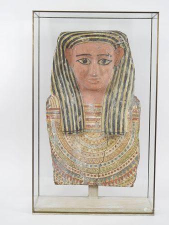 Buste de sarcophage en bois à engobe polychrome. Fin visage à carnation à coiffe classique, pla