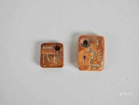 Deux rares plaquettes étiquettes de vases ou jarres.Os .Inscriptions pictographiques de type pr