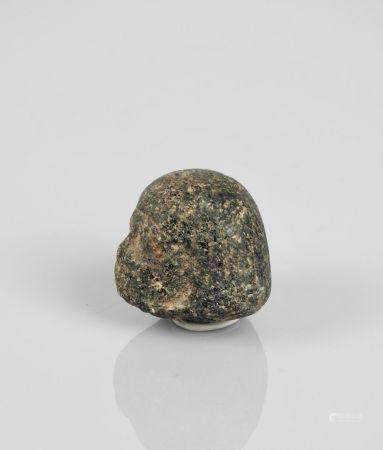 Tête d'homme en granodoirite.Moyen Empire ou postérieur. H :2,5cm.