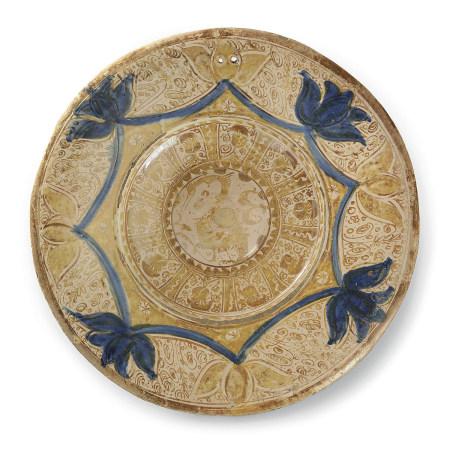GRAND PLAT HISPANO-MAURESQUE  en faïence lustrée et bleu de cobalt, à