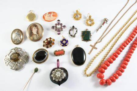 A QUANTITY OF JEWELLERY including a coral bead necklace, a loose carved shell cameo, a banded