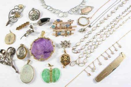 A QUANTITY OF JEWELLERY including a carved jade butterfly pendant, a 9ct gold and amethyst