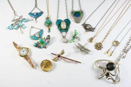 A QUANTITY OF JEWELLERY including a silver pendant by Pam Crosland, an opal and seed pearl