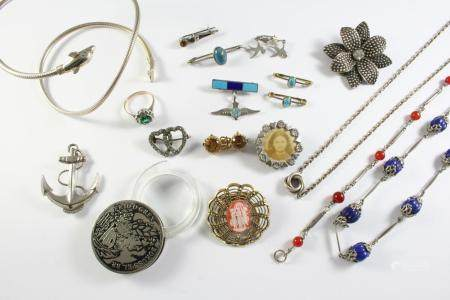 A QUANTITY OF JEWELLERY including a silver dolphin bangle, a citrine two stone brooch, a paste set