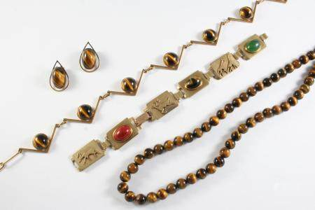 A QUANTITY OF JEWELLERY including a single row tiger's-eye bead necklace, 78cm long, a 9ct gold