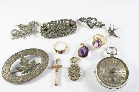 A QUANTITY OF JEWELLERY including a ruby and diamond ring, an amethyst and diamond cluster ring,