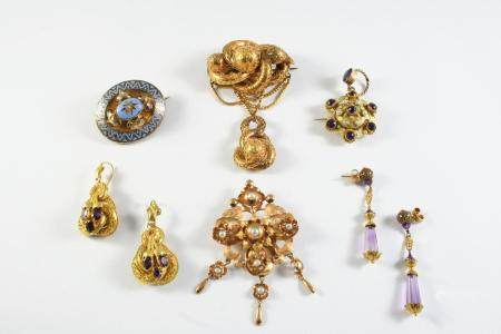 A QUANTITY OF JEWELLERY including a Victorian gold brooch with embossed decoration, 6.5cm long, a