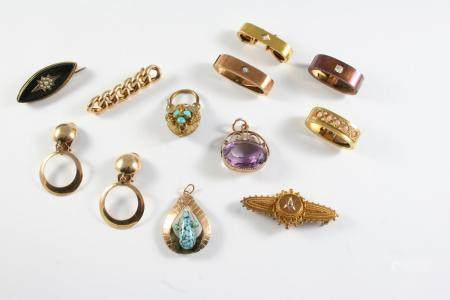 A QUANTITY OF JEWELLERY including an amethyst and 9ct gold fob, a Victorian 15ct gold brooch mounted