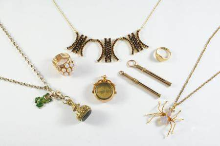 A QUANTITY OF JEWELLERY including a 15ct gold spinning fob, set to one side with a compass, a