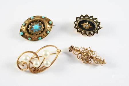 A VICTORIAN GOLD AND TURQUOISE BROOCH the oval gold mount is set with turquoise cabochons, with