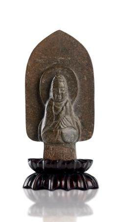 A SMALL STONE VOTIVE STELE OF SEATED BUDDHA WITH A LARGE MANDORLA