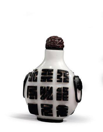 TABATIÈRE ovoïde en verre overlay noir sur  fond blanc à décor de caractères, anses  en forme d