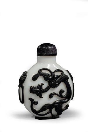 TABATIÈRE ronde en verre overlay noir  sur fond blanc à décor de chilongs, anses  en forme de m