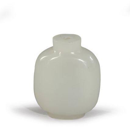 TABATIÈRE rectangulaire en verre blanc  imitant le jade.  (sans bouchon) Chine H. 6,6 cm