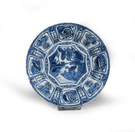 """PLAT """"KRAAK"""" en porcelaine à décor """"bleu  blanc"""" d'oies, une posée sur un étang l'autre  en vol"""