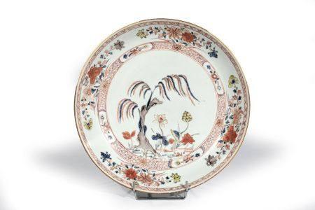"""COUPE en porcelaine à décor """"famille verte""""  d'étang avec lotus et saule pl entouré  de p"""