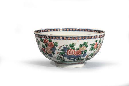 """BOL en porcelaine à décor """"famille verte"""" de  pivoines et chrysanthèmes, rinceau bleu au  pied,"""