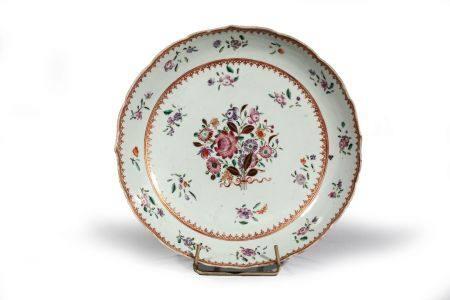 """COUPE ourlée en porcelaine à décor """"famille  rose"""" d'un bouquet de fls, entouré de fleu rett"""