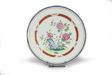 """PLAT en porcelaine à décor """"famille  rose"""" d'un rocher fli entouré de lotus  et fls rouge"""