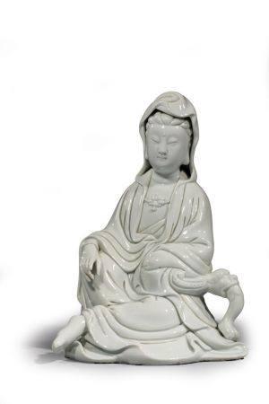 """STATUE en porcelaine """"blanc de chine""""  de GUANYIN main sur le genou ap puyée à un accoudoir, ma"""