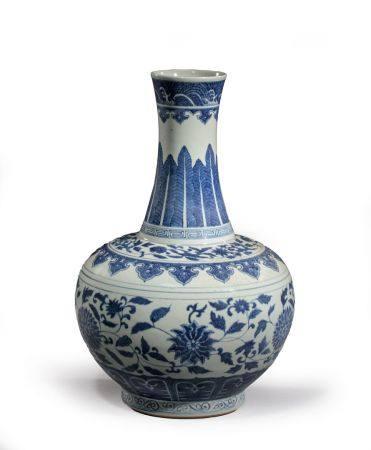 """VASE BOUTEILLE """"SHANGPING"""" en  porcelaine à décor """"bleu blanc"""" de  rinceaux de lotus, pétales a"""