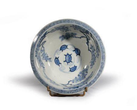 COUPE en porcelaine bleu blanc à décor de cinq tortues nageant entourées de cerisiers, grecques