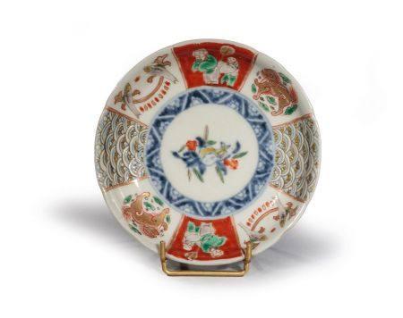 """COUPE en porcelaine """"IMARI"""" à décor  de grenade et de SHISHI, vagues,  poissons et personnages,"""