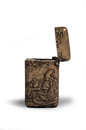 ETUI en cuivre doré à décor en relief de daimyo  recevant un messager. Japon XIXe siècle 4,5 x