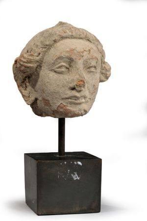 TÊTE DE FEMME en stuc. Gandhara Ier - Ve siècle ap. J.C.  H. 9,5 cm