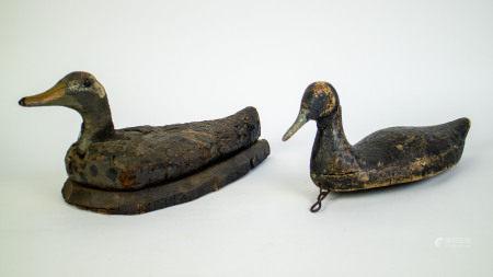 Lot with 2 wooden decoy ducks