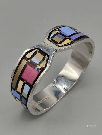 """FREY WILLE Bracelet rigide à clip en métal argenté. Modèle """" Manhattan"""". Signé. Petites usures."""