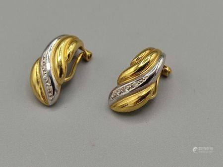 Paire de clips d'oreilles en or jaune et or blanc 750°° orné de petits brillants. Poinçon tête