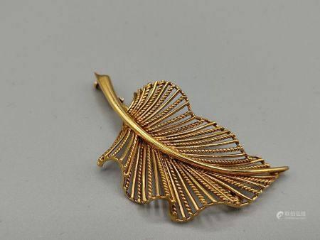 Broche en or jaune 750°° en forme de feuille ajourée. Poinçon tête d'aigle à deux reprises. PB: