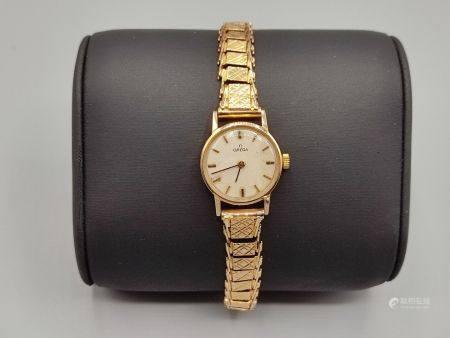 OMEGA Montre bracelet de dame en or jaune 750°°.  Cadran circulaire. Bracelet souple en or jaun